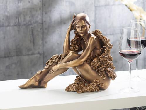 Statuette décorative en résine aspect bronze - Femme assise avec feuilles