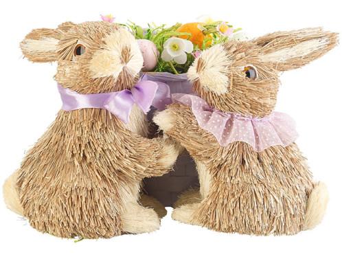 decoration de paques lapins en paille avec corbeille de fleurs avec carotte et oeufs