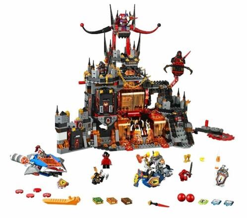 Le repaire volcanique de Jestro avec 10 figurines LEGO et plusieurs accessoires.