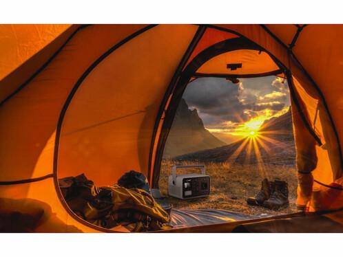 Une batterie nomade 60 Ah avec un panneau solaire 50 W et câble de connexion DC pour connecter les deux ensemble.