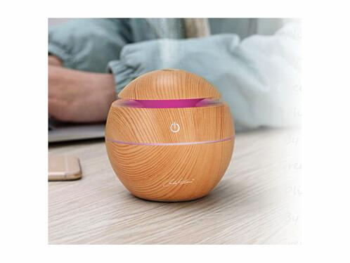 Diffuseur de parfum et humidificateur d'air avec effets lumineux grâce aux LED intégrées.