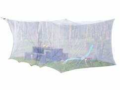 Moustiquaire à suspendre sur une terasse ou un jardin pour protéger son salon de jardin par Infactory