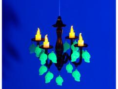 Lustre avec bougies à LED et crânes phosphorescents