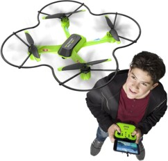 Un adolescent qui pilote facilement le drone Silverlit Spy Racer.