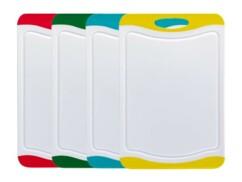 Quatre planches à découper de différentes couleur.